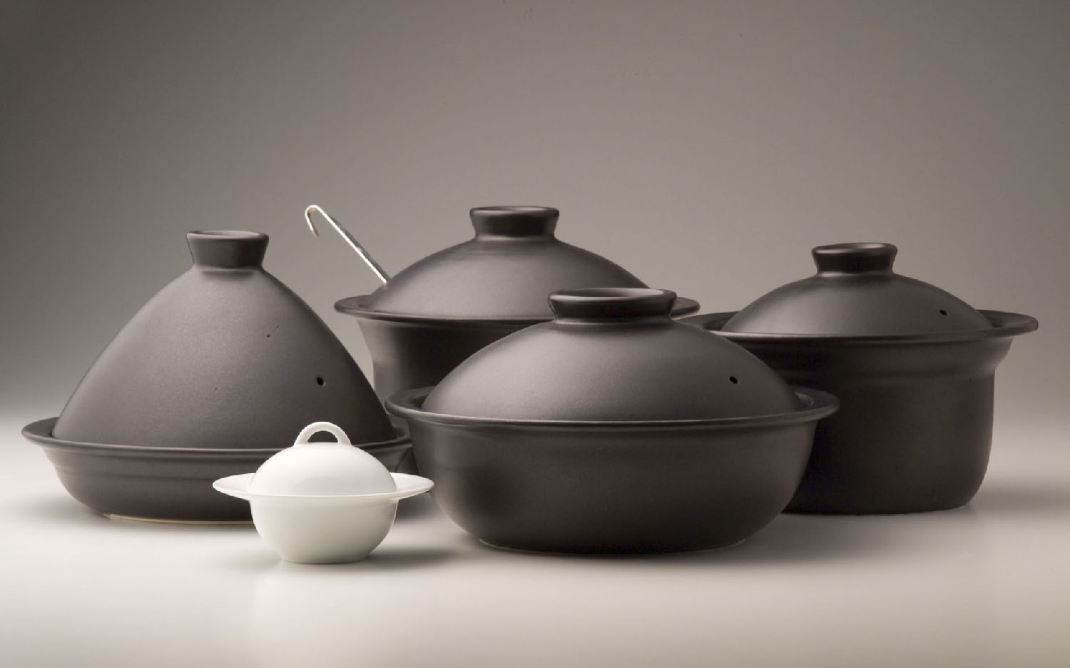 Design cooking pots while applying the durable and thermal properties of earthen pots, the  design is fit for EPQIJMV