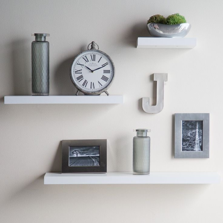 How to decorate your room with white shelves